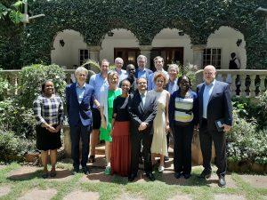 Gruppenfoto vor der Botschaft Östererich Learning Jorney Nairobi